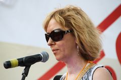 Prawa człowieka aktywista Anna Karetnikova wspiera więźniów politycznych na opozycyjnym spotkaniu zdjęcia stock