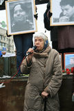 Prawa człowieka aktywista Lyudmila Alexeyeva mówi przy wiecem ku pamięci Markelov i Baburova fotografia stock