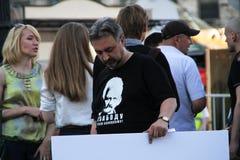 Prawa człowieka aktywista Yury Dzhibladze w koszulce w poparciu dla Belarusian więźnia politycznego Ales Belyatsky zdjęcia royalty free