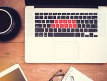 Prawa człowieka pojęcie słów prawa człowieka na czerwonym klawiaturowym laptopie z rocznika skutkiem, mieszkanie nieatutowy zdjęcia stock