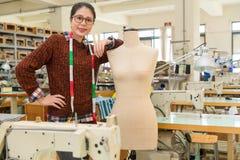 Prawa kobiety pozycja w modzie robi studiu Obrazy Stock