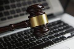 Prawa legalnego pojęcia fotografia młoteczek na komputerze z legalnymi książkami w tle fotografia stock