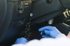 prawa naruszenie, porywać samolot własność prywatna, łama w car's na pokładzie komputeru przestępcą z błękitnymi rękawiczkami obrazy stock