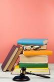 Prawa pojęcia otwarta książka z drewnianym sędziego młoteczkiem na stole w sala sądowej egzekwowania prawa biurze lub, różowy Cze Obrazy Stock