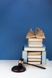 Prawa pojęcia otwarta książka z drewnianym sędziego młoteczkiem na stole w sala sądowej egzekwowania prawa biurze lub, błękitny t Zdjęcia Stock