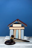 Prawa pojęcia otwarta książka z drewnianym sędziego młoteczkiem na stole w sala sądowej egzekwowania prawa biurze lub, błękitny t Zdjęcia Royalty Free