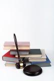 Prawa pojęcia otwarta książka z drewnianym sędziego młoteczkiem na stole w sala sądowej egzekwowania prawa biurze lub, biały tło  Zdjęcie Royalty Free