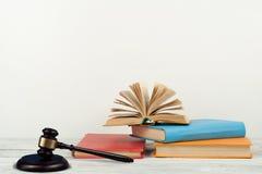 Prawa pojęcia otwarta książka z drewnianym sędziego młoteczkiem na stole w sala sądowej egzekwowania prawa biurze lub, biały tło  Zdjęcia Stock