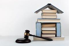 Prawa pojęcia otwarta książka z drewnianym sędziego młoteczkiem na stole w sala sądowej egzekwowania prawa biurze lub, biały tło  Zdjęcia Royalty Free