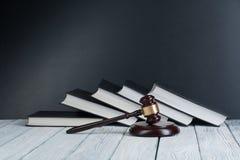 Prawa pojęcie - Otwarta prawo książka z drewnianym sędziego młoteczkiem na stole w sala sądowej dalej egzekwowania prawa biurze l obraz stock