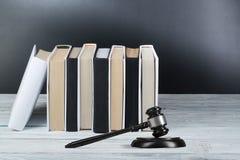 Prawa pojęcie - Otwarta prawo książka z drewnianym sędziego młoteczkiem na stole w sala sądowej dalej egzekwowania prawa biurze l Obrazy Royalty Free