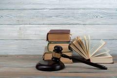Prawa pojęcie - Otwarta prawo książka z drewnianym sędziego młoteczkiem na stole w sala sądowej dalej egzekwowania prawa biurze l Zdjęcia Royalty Free