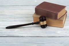 Prawa pojęcie - Otwarta prawo książka z drewnianym sędziego młoteczkiem na stole w sala sądowej dalej egzekwowania prawa biurze l Zdjęcie Stock