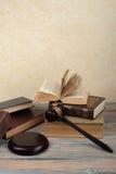 Prawa pojęcie - Otwarta prawo książka z drewnianym sędziego młoteczkiem na stole w sala sądowej dalej egzekwowania prawa biurze l Fotografia Royalty Free