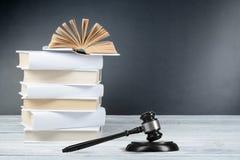 Prawa pojęcie - Otwarta prawo książka z drewnianym sędziego młoteczkiem na stole w sala sądowej dalej egzekwowania prawa biurze l Obrazy Stock