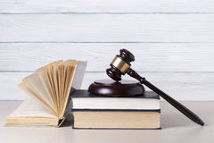 Prawa pojęcie - Rezerwuje z drewnianym sędziego młoteczkiem na stole w egzekwowania biurze lub sala sądowej Fotografia Stock