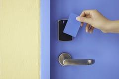Prawa ręka chwyt kontrola dostępu karta wpisywać ochraniacza kędziorek Obrazy Stock