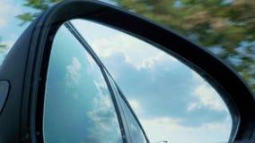 Prawa strona tylni widoku lustro z odbiciami przy samochodowym je?d?eniem zbiory