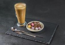 Prawa strona widok na aromatycznym kawowym latte z czekoladowym kawałem fotografia royalty free