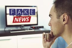 Prawda misrepresented w wiadomości na nowożytnym TV obrazy stock