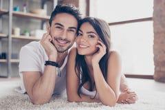 prawdziwa miłość Szczęśliwa piękna para małżeńska chłodzi out kłamać obraz royalty free