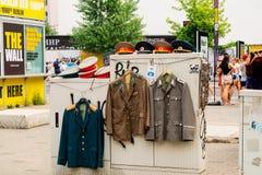 Prawdziwi WW2 mundury wystawiający Checkpoint Charlie w Berlin fotografia royalty free