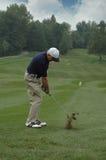 prawdziwy golfiarz z teeing Zdjęcia Royalty Free