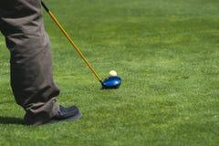 prawdziwy golfiarz z teeing Zdjęcie Royalty Free