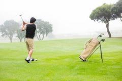 prawdziwy golfiarz z teeing fotografia stock
