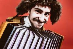 Prawdziwy pozytywny mężczyzna z akordeonem pozuje w studiu fotografia stock