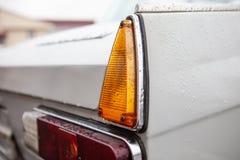 Prawi taillights retro samochód po deszczu, fotografia royalty free