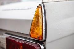 Prawi taillights retro samochód po deszczu, Zakończenie fotografia royalty free