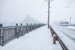 Prawie pusta ulica podczas ciężkiego śniegu burzy zdjęcie royalty free