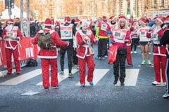 Prawie 10,000 Santas brali udział w Babbo bieg w Mediolan, Włochy Obraz Royalty Free