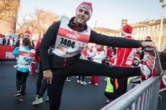 Prawie 10,000 Santas brali udział w Babbo bieg w Mediolan, Włochy Fotografia Royalty Free