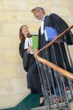 Prawnicy chodzi w dół schodki w gmachu sądu zdjęcie royalty free