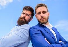 Prawnik agencja Mężczyzna biznesmena formalni kostiumy stoją z powrotem popierać niebieskiego nieba tło Ufni biznesów szefowie Bi fotografia royalty free