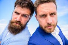 Prawnik agencja Pewny znak ty musisz ufać partnera biznesowego Mężczyzna formalni kostiumy stoją z powrotem popierać niebieskiego zdjęcie stock