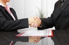 Prawnik i klient jesteśmy handshaking po pomyślnego spotkania obrazy stock