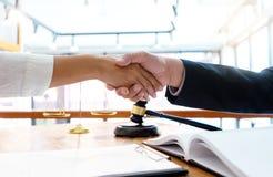 Prawnik lub sędzia z uściskiem dłoni z klientem młoteczka i równowagi zdjęcie royalty free