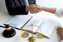 Prawnik lub sędzia z uściskiem dłoni młoteczka i równowagi fotografia stock