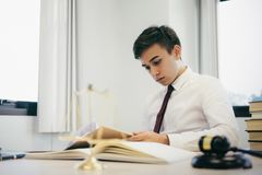 Prawnik praca w biurze zdjęcie stock