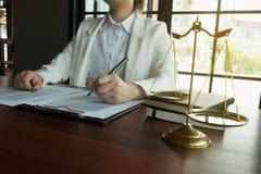 Prawnik pracuje z kontraktem tapetuje na stole w biurze konsultanta prawnik, adwokat, dworski s?dzia, poj?cie fotografia royalty free