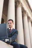 Prawnik Używa laptop Na zewnątrz gmachu sądu Obrazy Stock
