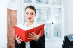 Prawnik w biurowej czytelniczej prawo książce Obrazy Royalty Free