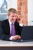 Prawnik w biurowym obsiadaniu na komputerze Zdjęcie Stock