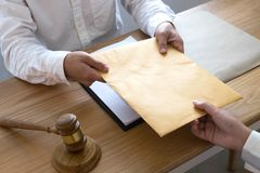 Prawnik wysyła kontrakta dokumenty klient w biurze konsultanta prawnik, adwokat, dworski sędzia, pojęcie obrazy stock