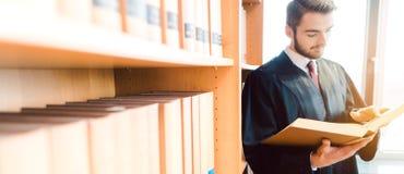 Prawnik z kontuszem gotowym dla dworskiego czytania po prawa ostatni raz obrazy royalty free