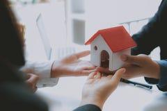Prawnika asekuracyjny makler konsultuje dawać poradzie prawnej para klient o kupienia wynajmowania domu pieniężny advisor z zdjęcie royalty free
