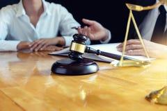 Prawnika lub sędziego młoteczek z balansową pracą fotografia royalty free